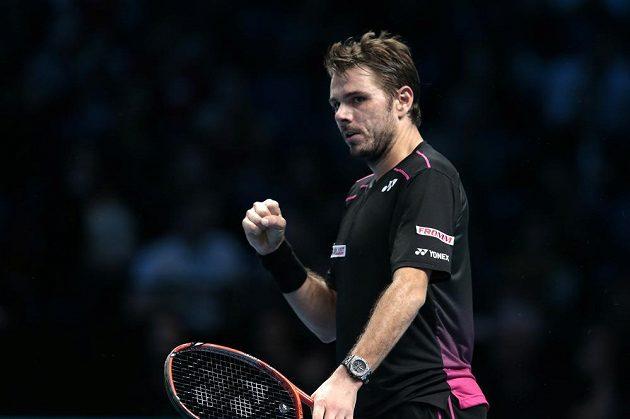 Vítězné gesto Stana Wawrinky po jedné z výměn s Davidem Ferrerem.