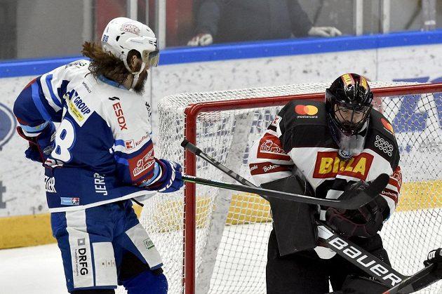 Hokejový útočník Peter Mueller z Brna a brankář Sparty Matěj Machovský