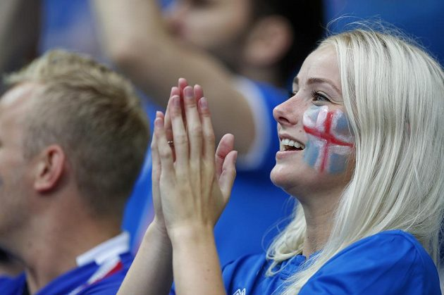 Islandská fanynka sleduje čtvrtfinálový duel s Francií.