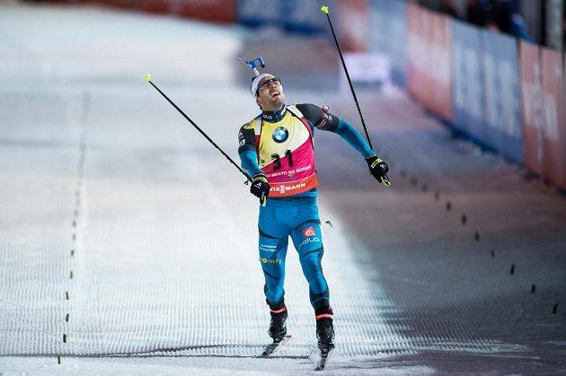 Martin Fourcade finišuje do cíle sprintu v Novém Městě na Moravě.