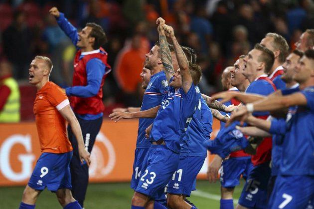 Fotbalisté Islandu se radují z vítězství v Amsterdamu nad domácím Nizozemskem.