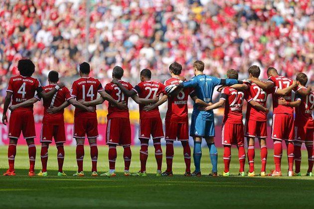 Fotbalisté Bayernu Mnichov drží minutu ticha za zesnulého trenéra Tita Vilanovu, někdejšího kouče Barcelony.