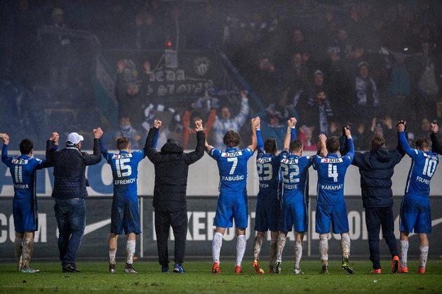 Fotbalisté Slovanu Liberec oslavují vítězství v derby.
