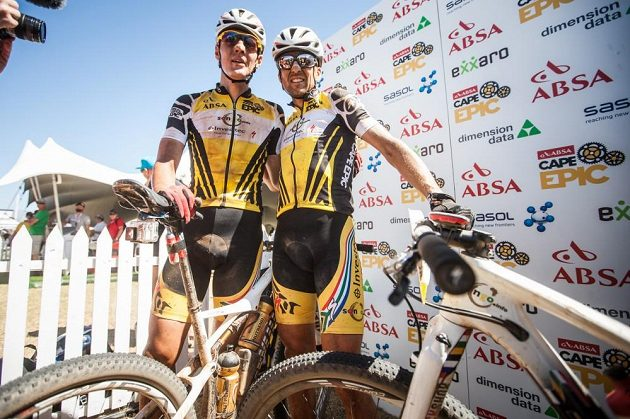 Jaroslav Kulhavý (vlevo) a Christoph Sauser z týmu Songo Specialized po jedné z etap Cape Epic 2015.