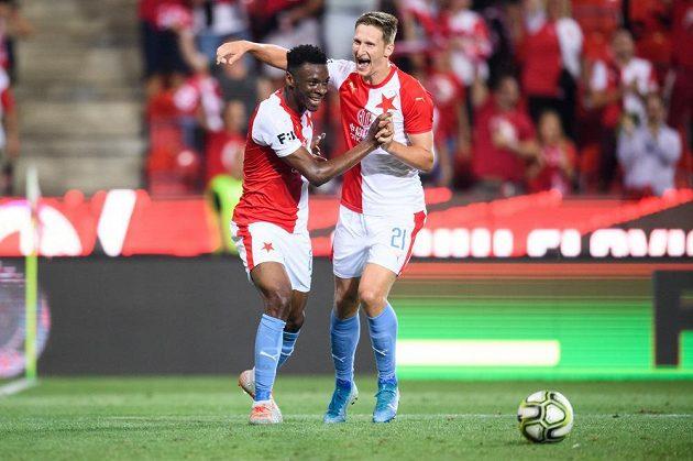 Fotbalisté Slavie Praha Ibrahim Traoré a Milan Škoda oslavují gól na 4:0 proti Bohemians.