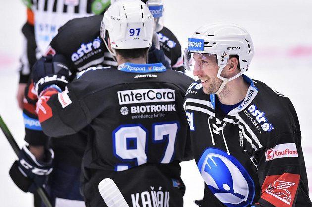Radost hokejistů Plzně, vpravo Jaroslav Kracík.