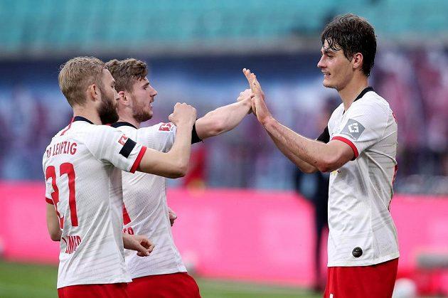 Útočník Lipska Patrik Schick se raduje z gólu proti Herthě Berlín s Konradem Laimerem (zcela vlevo) a Timem Wernerem.