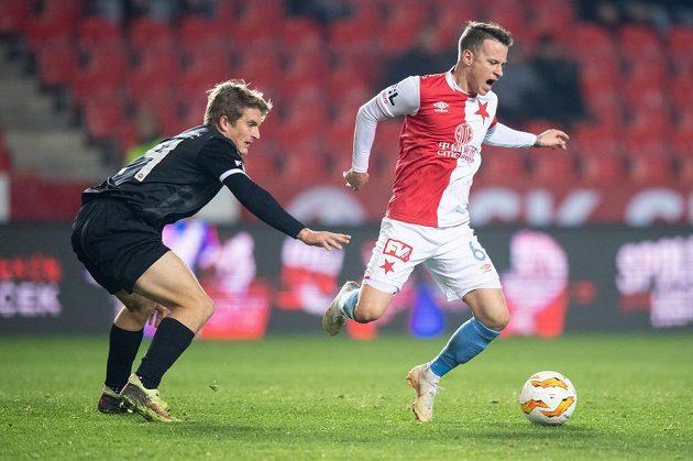 Jan Sýkora ze Slavie Praha a Sebastien Langr z Chrudimi během utkání 4. kola MOL Cupu.