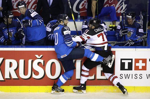 Kanadský hokejista Anthony Cirelli v souboji s Finem Petteri Lindbohmem na mistrovství světa.