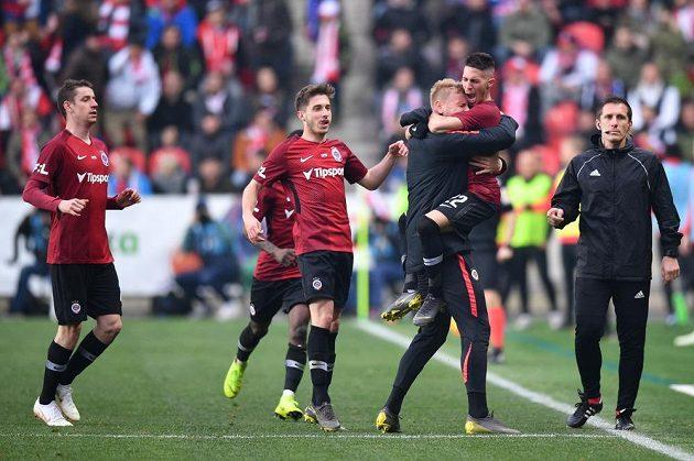 Hráči Sparty se radují z vyrovnávacího gólu na 1:1, který vstřelil Srdjan Plavšić (druhý zprava).