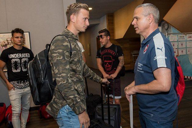 Antonín Barák (vlevo) a trenér Vítězslav Lavička během srazu reprezentace do 21 let před nadcházejícím ME v Polsku.