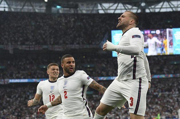 Angličan Luke Shaw (vpravo) se raduje z gólu proti Itálii.