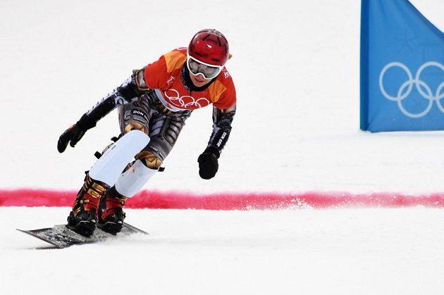 Ester Ledecká v akci v kvalifikační jízdě paralelního obřího slalomu na ZOH v Pchjončchangu.