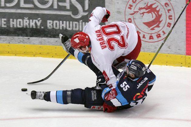 Petr Vrána z Třince, Martin Ševc z Liberce v tvrdém souboji během finále hokejové extraligy.