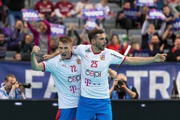 Radost Adama Delonga (vlevo) a Toma Ondruška v souboji s Lotyšskem. Jejich spolupráce zatím na MS funguje výborně.