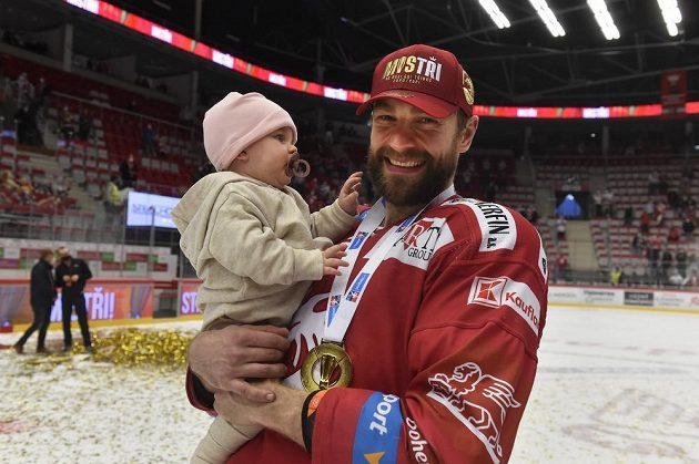Tomáš Marcinko z Třince s dcerou se raduje z vítězství.