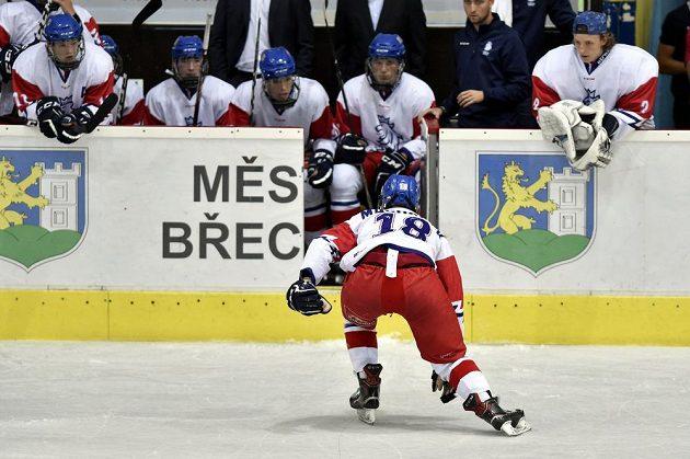 Zraněný Štěpán Macháček odjíždí na střídačku.