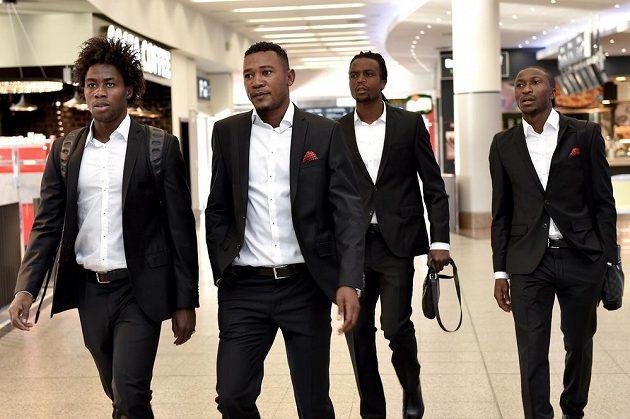 Fotbalisté Sparty (zleva) Tiémoko Konaté, Franci Litsingi, Costa a Kehinde Fatai na ruzyňském letišti před cestou do Moskvy.