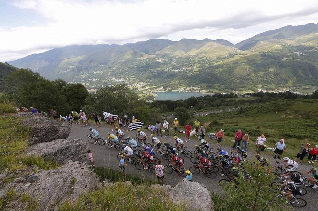 Cyklisté na trati 17. etapy Tour de France.