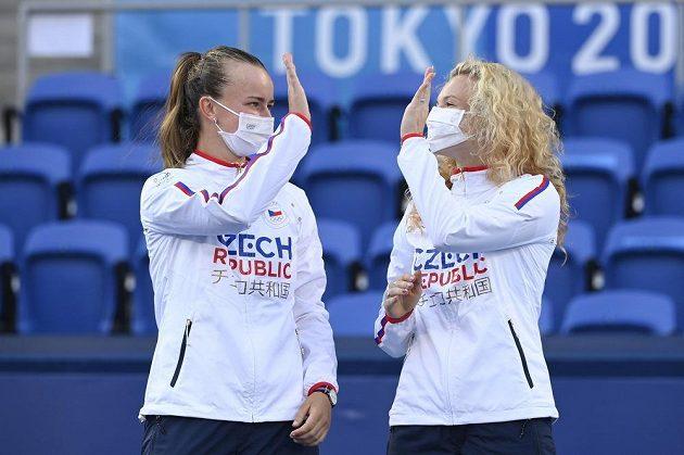 Barbora Krejčíková (vlevo) a Kateřina Siniaková se radují z vítězství v olympijském turnaji.