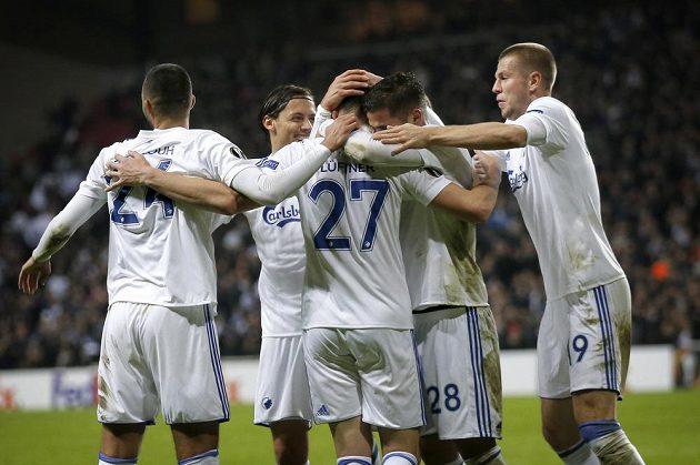 Michael Lüftner (uprostřed) oslavuje se spoluhráči z Kodaně gól proti Zlínu v Evropské lize.