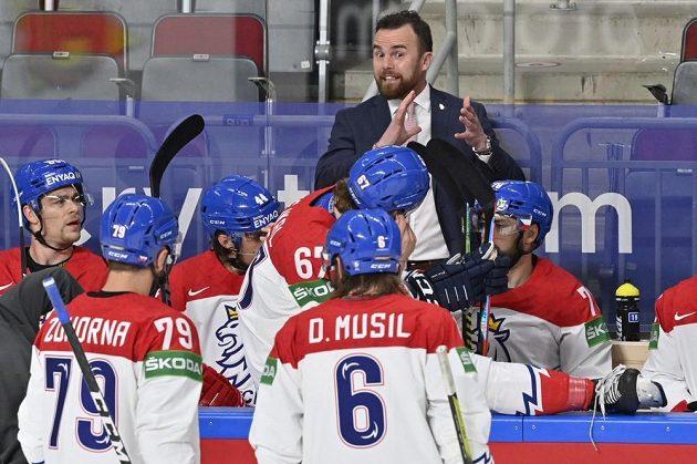 Trenér českého týmu Filip Pešán při utkání s Finy dává pokyny svým svěřencům.