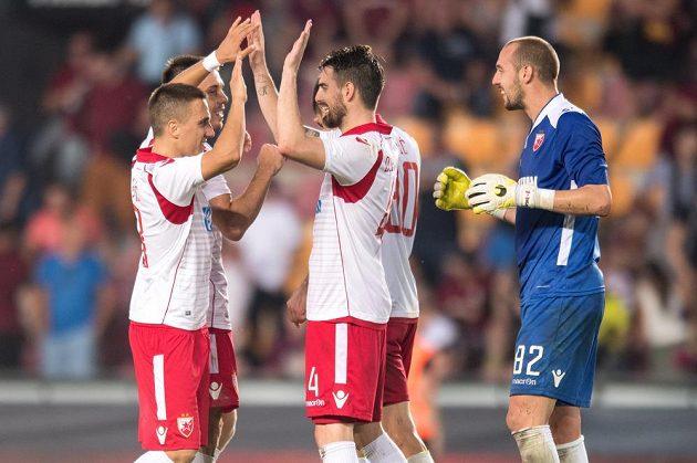 Fotbalisté Bělehradu oslavují vítězství a postup.
