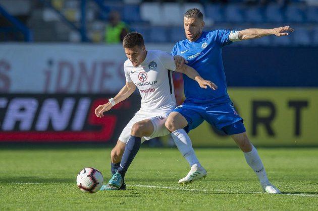Radim Breite (vpravo) z Liberce a Lukáš Sadílek ze Slovácka v souboji o míč během utkání první fotbalové ligy.