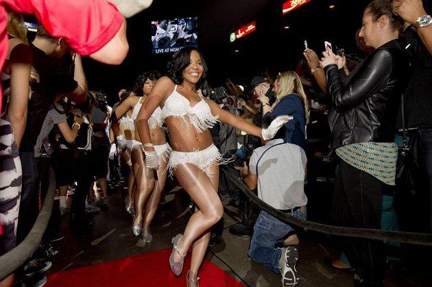Ke správné show patří i krásné dívky. Soubojem obou boxerů žije kromě zaplněného Las Vegas celý svět.