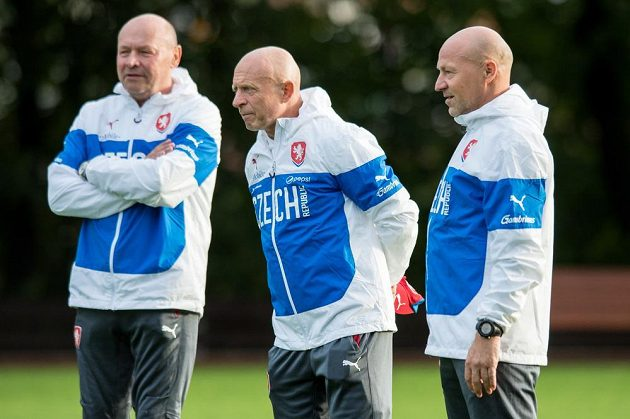 Trenér Karel Jarolím (uprostřed) a asistenti Boris Kočí (vpravo) a Miroslav Koubek během tréninku fotbalové reprezentace.