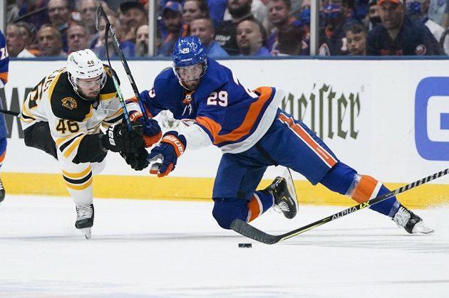 Český útočník Bostonu David Krejčí bojuje o puk v Brockem Nelsonem z NY Islanders v utkání 2. kola play off NHL.