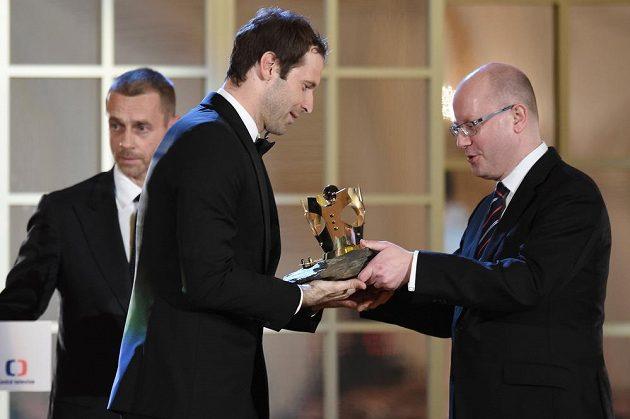 Gólman Petr Čech přebírá od premiéra Bohuslava Sobotky trofej pro vítěze ankety Fotbalista roku 2016.