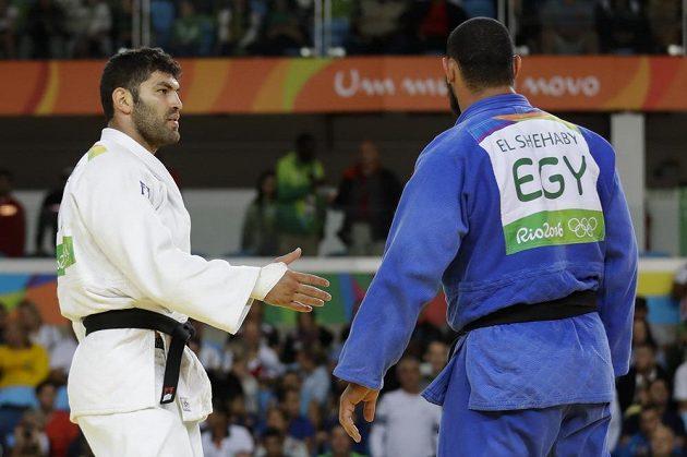 Ne, ne, nikde není psáno, že ti musím podat ruku. Egyptský judista Islám Šahábí (vlevo) se odmítl po boji pozdravit s Izraelcem Or Sassonem.