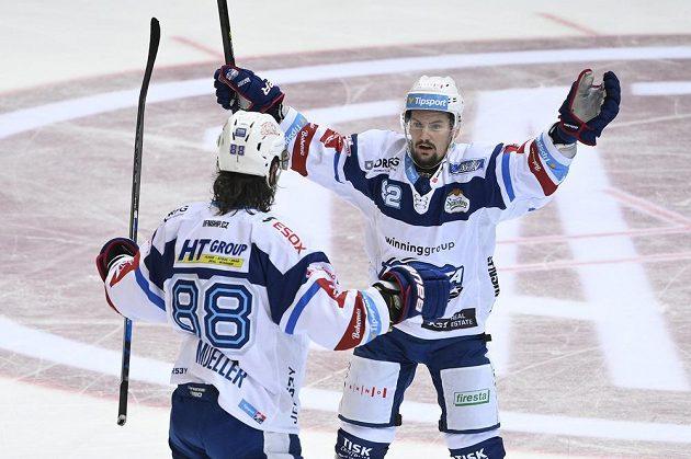 Hokejisté Komety (zleva) Peter Mueller a Petr Holík se radují z gólu.