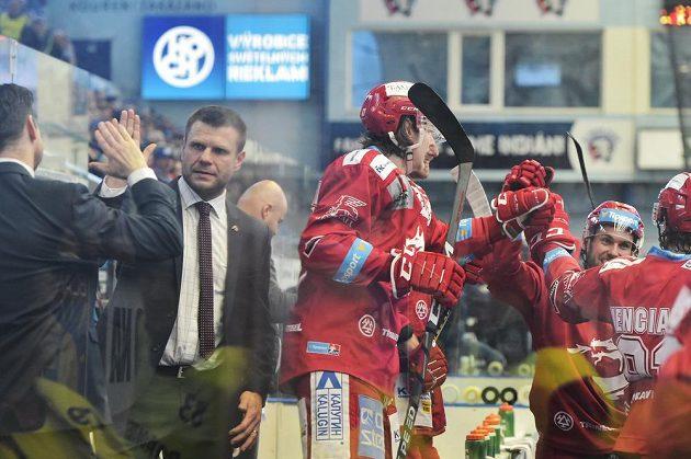 Třinecká střídačka se raduje z vítězstí, druhý zleva trenér Václav Varaďa.