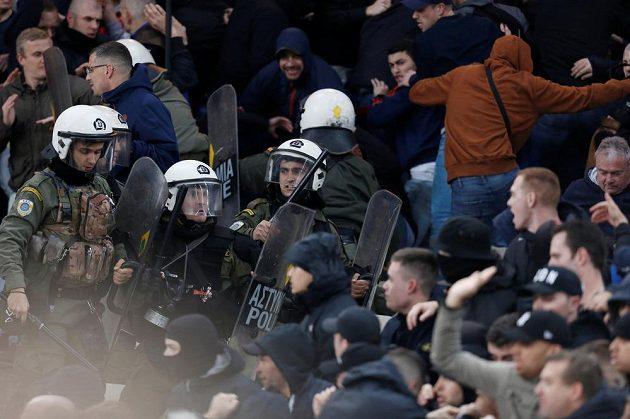 Těžkooděnci dohlížejí na fanoušky Ajaxu.