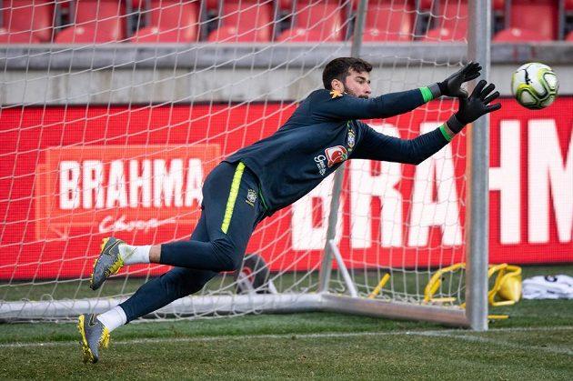 Brazilský brankář Alisson během tréninku před přátelským utkáním s ČR.