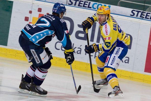 Vítkovický Michal Barinka (vlevo) atakuje zlínského Jaroslava Balaštíka ve čtvrtfinále hokejové extraligy.