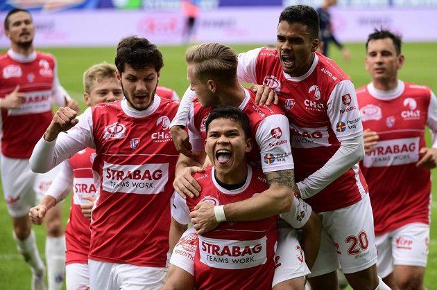 Hráči Pardubic se radují ze vstřeleného gólu proti Slovácku, v popředí jeho autor Ewerton.