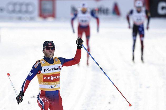 Nor Martin Johnsrud Sundby po triumfu v závodě Sp na 15 km v Davosu.