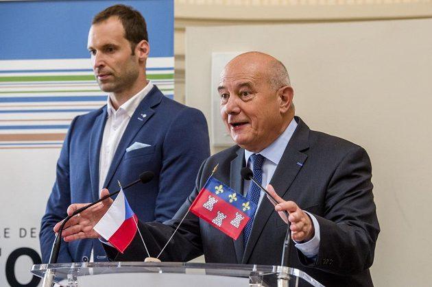 Starosta města Tours Serge Babary (vpravo) a brankář české fotbalové reprezentace Petr Čech.