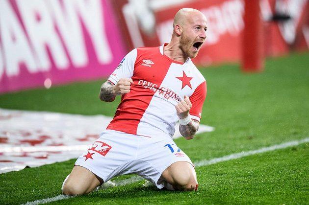 Miroslav Stoch ze Slavie oslavuje svůj druhý gól při utkání s Karvinou.