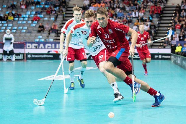 Český útočník Josef Rýpar a Jannik Wede Trolle z Dánska během utkání čtvrtfinále MS.