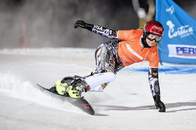 Snowboardistka Ester Ledecká během paralelního slalomu při Světovém poháru v italské Cortině.