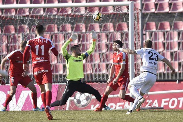 Jiří Valenta z Mladé Boleslavi otevírá skóre v zápase s Brnem.