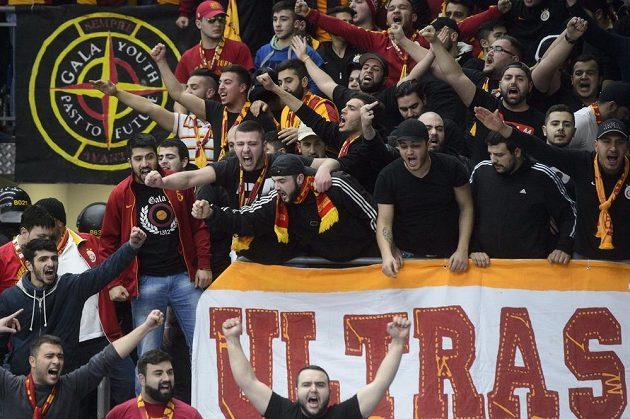 Turečtí fanoušci během zápasu Evropské ligy basketbalistek USK Praha - Galatasaray Istanbul.