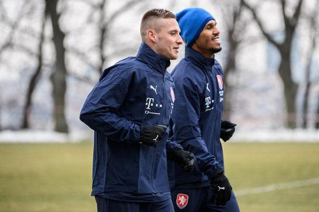 Pavel Kadeřábek (vpředu) a Theodor Gebre Sealssie během tréninku fotbalové reprezentace před turnajem v Číně.