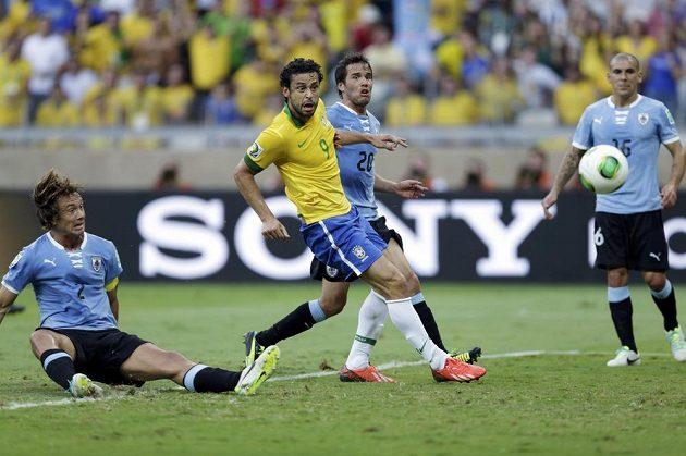 Brazilec Fred v obležení uruguayjských hráčů otevřel v závěru první půle skóre semifinále Poháru FIFA.