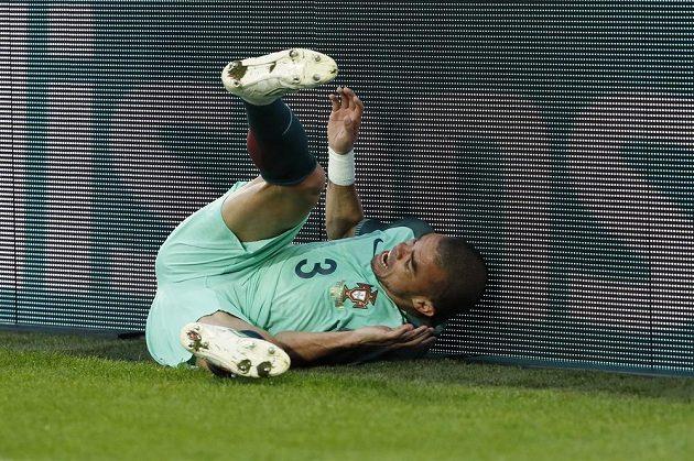 Portugalec Pepé padá k reklamnímu panelu v duelu s Chorvatskem.