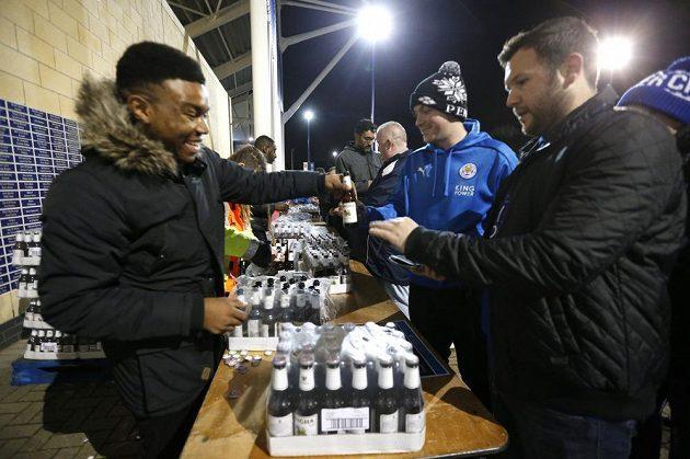 Fanoušci Leicesteru City dostávají zdarma lahev piva před utkání s Manchesterem City.
